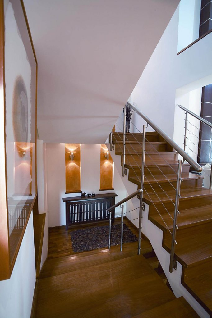 Woden staircase with a metallic railing